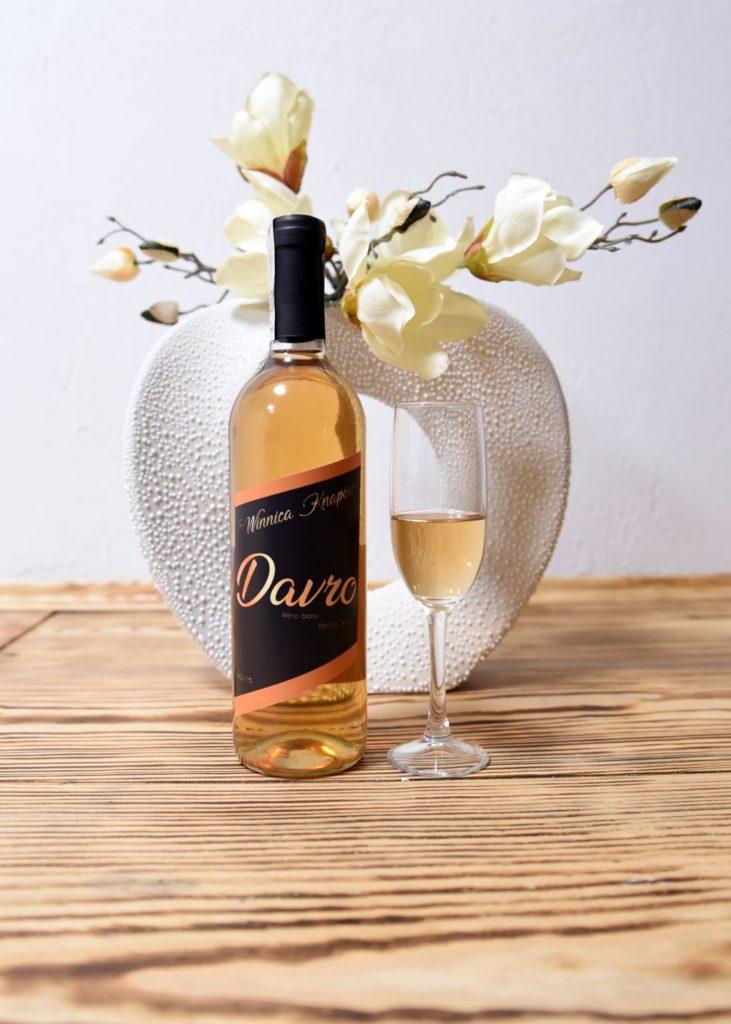 winnica-knapow-davro-wino-biale-slodkie-kieliszek