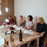 Winnica Knapów gmina Ćmielów goście degustujący w kieliszkach wino z winogron