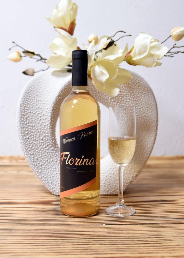 winnica-knapow-florina-wino-biale-polslodkie-kieliszek