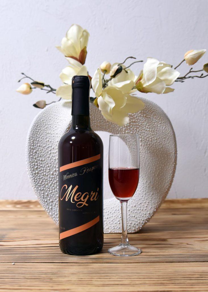 winnica-knapow-megri-wino-czerwone-wytrawne-kieliszek