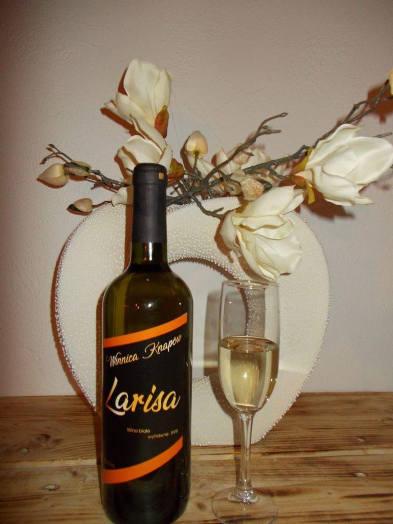 winnica-knapow-larisa-wino-biale-wytrawne-kieliszek