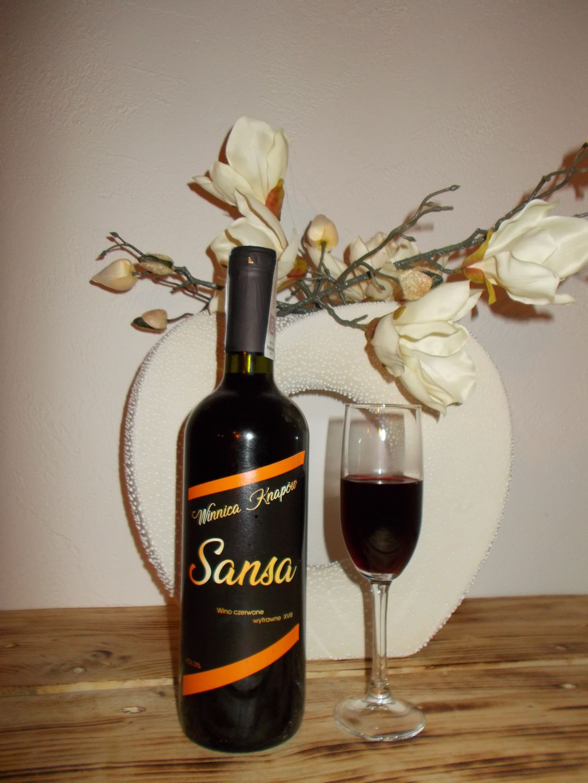 winnica-knapow-sansa-wino-czerwone-wytrawne-kieliszek-kolor