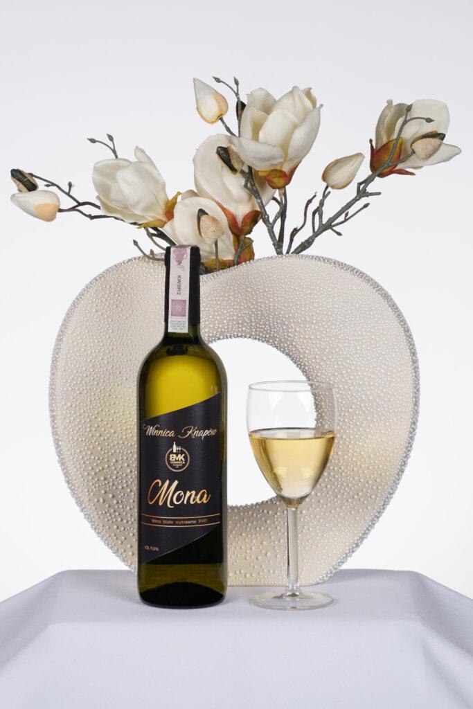 Winnica-Knapow-wino-czerwone-Sansa-butelka-kieliszek-kwiaty